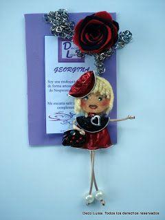 Con una rosa y sombrero. Aviso estas muñecas no se pueden copiar, están registradas.