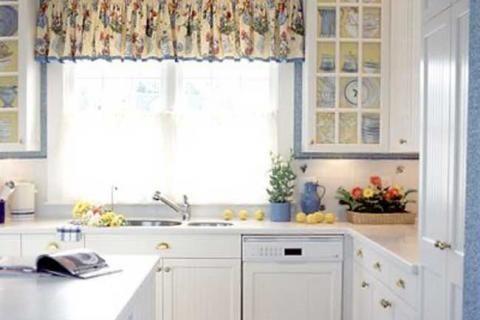 Маленькая кухня с белой мебелью