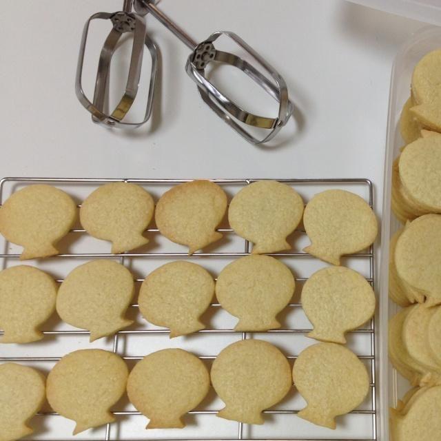 はじめに こんにちは、アイシングクッキー講師の布村 道子です。 さて皆様、アイシングクッキーをご存知ですか? アイシングと呼ばれる、粉砂糖に卵白と水を加えた物で、表面をデコレーションしたクッキーのことです。 アイシングは、パリパリした食感と甘いお砂糖の味が特徴。 イギリスではロイヤルアイシング、アメ...