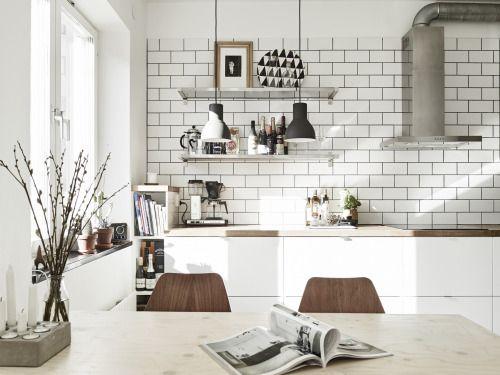White tiles in the kitchen   Décoration de la maison
