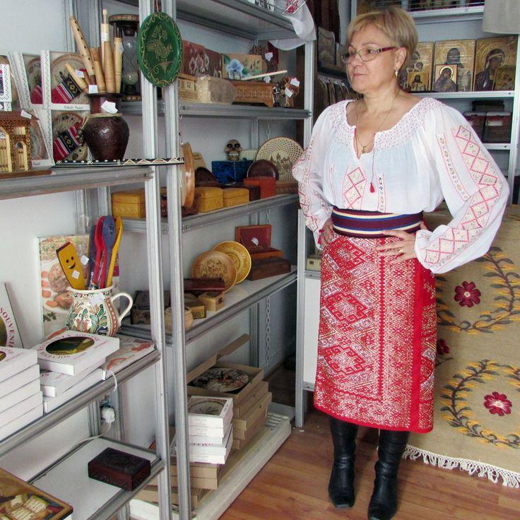 Costume populare romanesti lucrate manual. Costum popular format  din: fota de Muscel, ie lucrata manaul, brau.