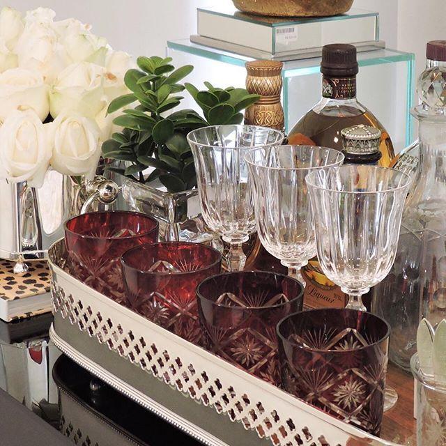 Copos e taças de cristal e bandeja da St. James para uma mesa bar poderosa de tirar o fôlego   Disponíveis ...