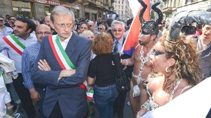 La titubanza del sindaco Fassino, al Gay Pride di Torino