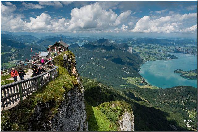 Der Schafberg undder Wolfgangsee, Österreich. Dieser Berg (1782 m ü. A.) ist ein markanter Berg der Salzkammergut-Berge in der Grenzregion von Salzburg und Oberösterreich  Zahnradbahn auf den Schafberg, Salzbug, Österreich. Die steilste Dampf-Zahnradbahn Österreichs führt seit 1893 von St. Wolfgang auf den Schafberg.  In 40 Minuten überwindet sie 1190 Höhenmeter und 5,85 km. - Die Dampfloks zählen zu den ältesten der Welt.