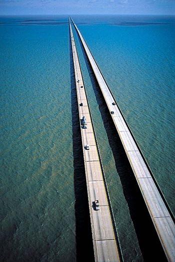 Ponte do lago Pontchartrain (Lake Pontchartrain Causeway) que atravessam o lago homônimo ligando Madeville a Metairie no estado de Lousiana, USA.  Leia mais: http://www.duniverso.com.br/maior-ponte-do-mundo-esta-na-america/#ixzz2r932hXfN