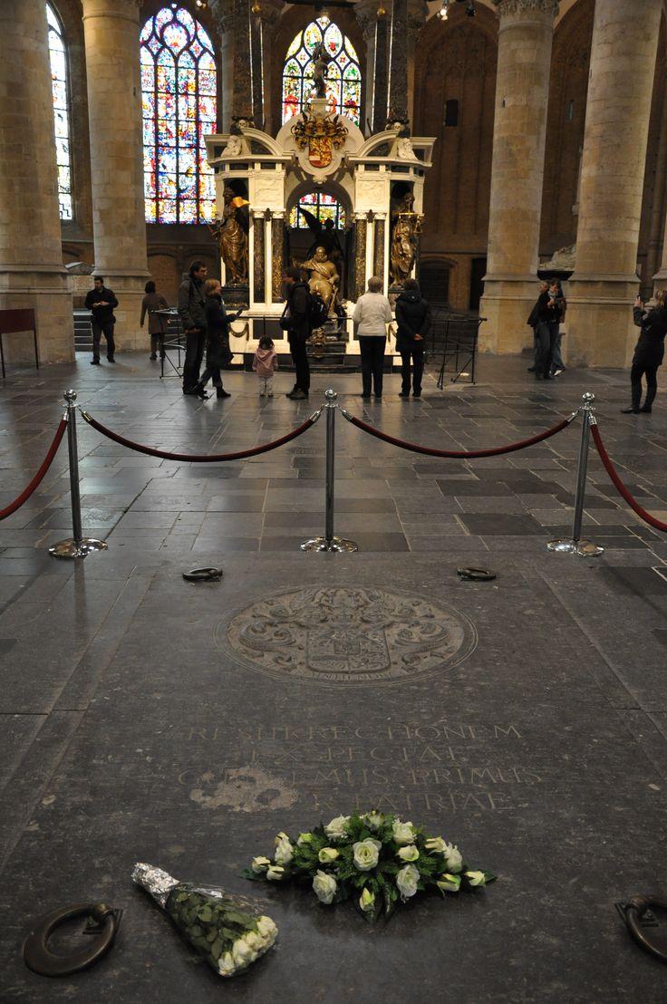 Koninklijke grafkelder in de Nieuwe Kerk met op de sluitsteen het wapen van de familie van Oranje-Nassau en een Latijnse tekst, die betekend; 'Hier verwacht 'Vader des Vaderlands' willem I de wederopstanding'. Op de achtergrond het prachtige praalgraf voor Prins Willem van Oranje.