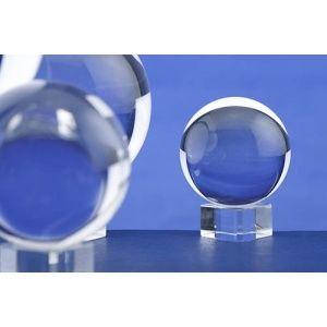 Una bola de cristal es una bola de vidrio o de cristal que es utilizada como un instrumento para la clarividencia. Utiliza el reflejo de la luz para crear un efecto de imágenes en su interior...