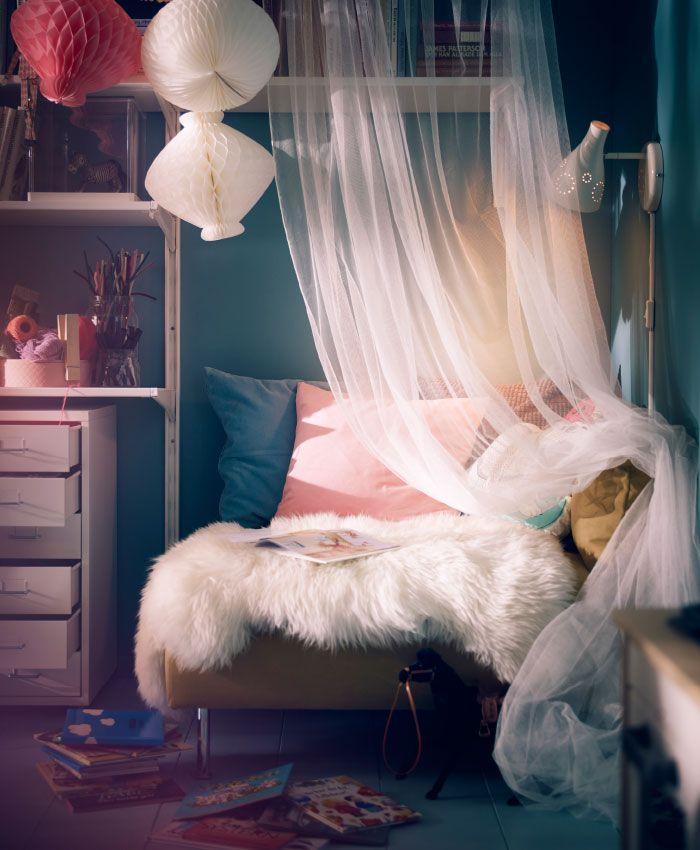 Adoriamo gli spazi intimi e confortevoli, come le piccole nicchie.  Abbiamo creato questo angolo accogliente in soggiorno, utilizzando un piccolo divano, tanti cuscini, decorazioni di carta e tessuti vivaci - IKEA