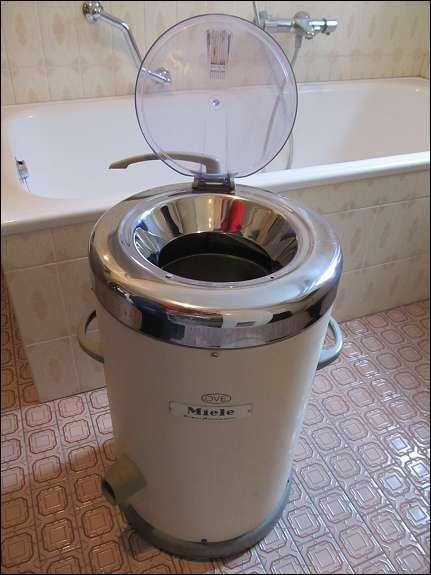 Das könnte direkt ein Foto aus Omas Badezimmer in den 70ern sein. Dort stand auch so eine Wäscheschleuder.  Miele