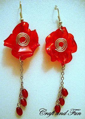 Orecchini realizzati con riciclo creativo di bottiglie di plastica rossa