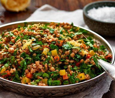 Tabbouleh är en uppskattad rätt från Mellanöstern som kan kombineras med det mesta. Denna svenska version med rotfrukter och matvete har tagits fram av våra kockar på temat klimatsmart mat. Den serverades på Nobel Week Dialogue 2016 tillsammans med de andra mezerätterna från klimatmenyn.