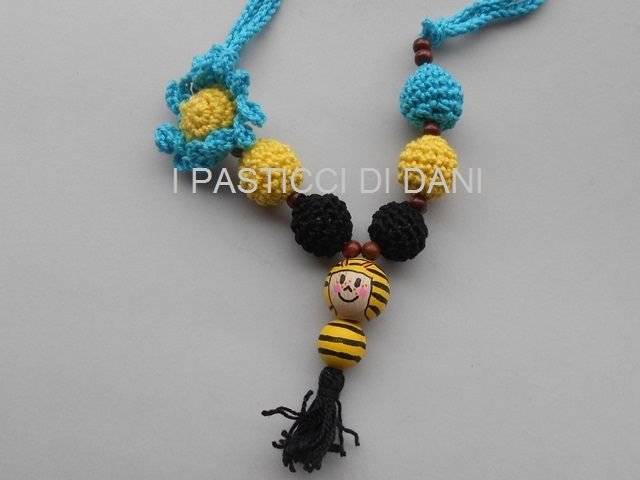 collana da allattamento con pupazzo in legno dipinto a mano e perle in cotone lavorate a crochet per effetto sensoriale