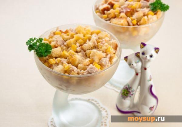 Салат с курицей, консервированной кукурузой, сыром и сухариками