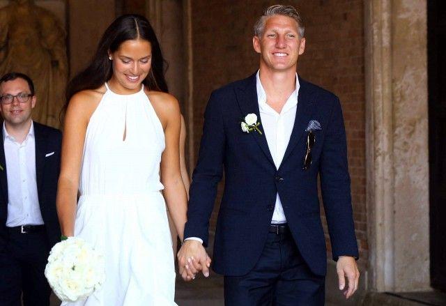 A festeggiarli circa 120 invitati, sportivi celebri del calibro di Andy Murray, amico della sposa e genero del suo allenatore, Thomas Muller e Lukas Podolski, compagni di Nazionale dello sposo.