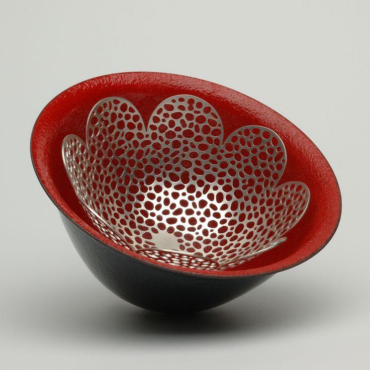 La belleza de Innuendo 1, Barbara Ryman, 2005.  Sugar dispararon esmalte vítreo de cobre, con una pieza perforada Sterling Silver centro.