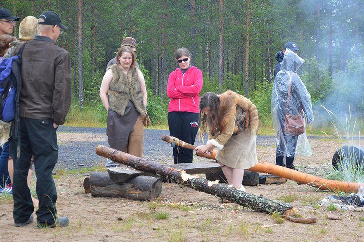 Myös markkinavieraat voivat osallistua erilasiiin kivikauden askareisiin tai vain seurata kylän asukkaiden puuhastelua. Luuppi, Oulu (Finland)