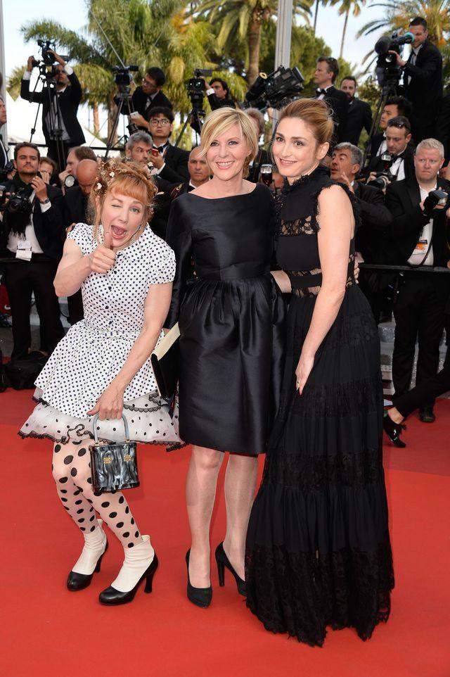 Julie Depardieu, Chantal Ladesou et Julie Gayet à la montée des marches du film La Fille Inconnue au Festival de Cannes, le 18 mai 2016.
