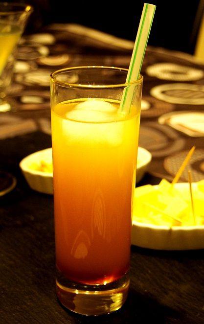 Ananas Spirit (vodka) ngrédients pour  1 verre :  4 cl de vodka 2 cl de Cointreau Glaçons Jus d'ananas 1 cl de grenadine