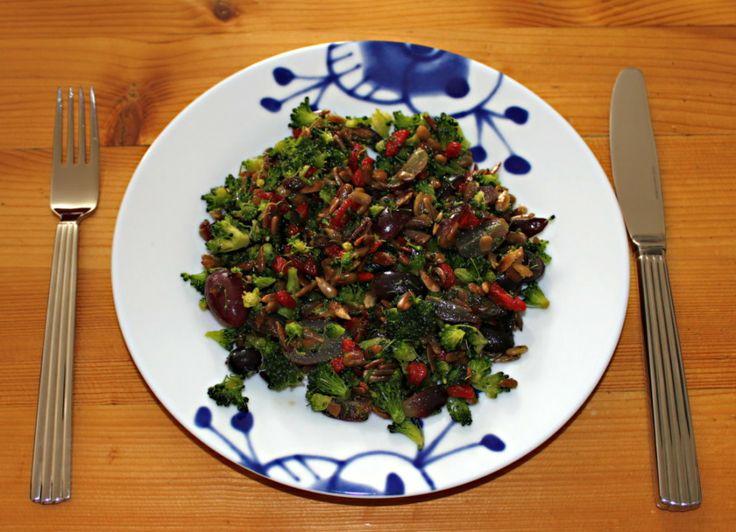 Broccolisalat En broccoli~Et par håndfulle solsikkekjerner~Et par håndfulle rosiner eller gojibær~En fersken eller noen druer, eller annet søtt~Raps- eller Olivenolie, salt og peper.