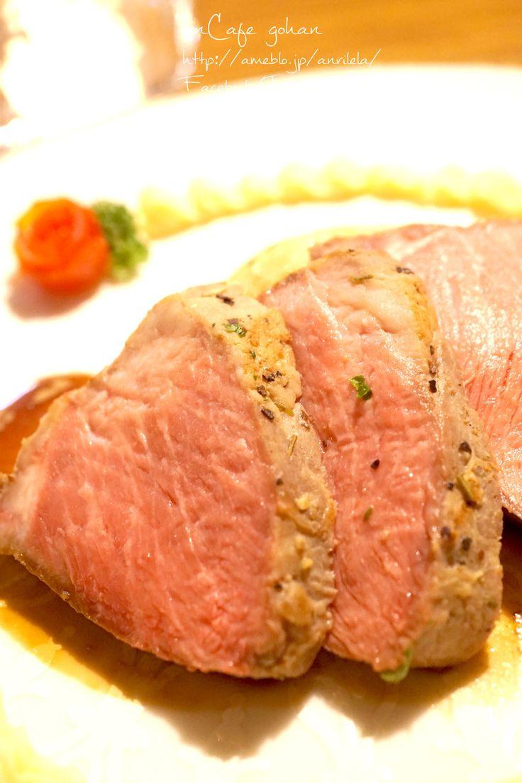 誰でも簡単♡*低温調理deローストポーク     材料 (約4人分) 豚ロース肉(かたまり) 500g ●塩 小さじ2 ●にんにくチューブ 小さじ1/2 ●ブラックペッパー 少々 ●ローズマリー(あれば) 1本分 ■ ジップロック 1枚 ストロー 1本    作り方 1 今回は500gの豚ロースを使います! 2 ●をよーく混ぜてからロース肉に満遍なく擦り込み、15分程放置します。 ローズマリーがある方は必ず入れてね♡* 3 油はひかずにフライパンで焦げ目をつけます。 表面をこんがり焼き目がつけばOK! 4 ジップロックにいれ、真空にします! こうやってストローで空気を吸い出すと綺麗に真空になるよ! 5 出来たのがこちら! 出来るだけ空気が抜けてれば、あまり神経質にならなくても大丈夫です♡ 6 大きめのお鍋にグラグラとお湯を沸かし、火を止め、⑤を沈め入れて、お湯が冷めるまで(2時間程度)放置すれば簡単に完成!…