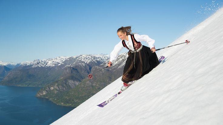 Andrea Fiskaa Haugen (15) frå Gaupne var ikkje sein å be om å stå på telemarksski ned frå Molden (1116 m.o.h.) - i bunad!