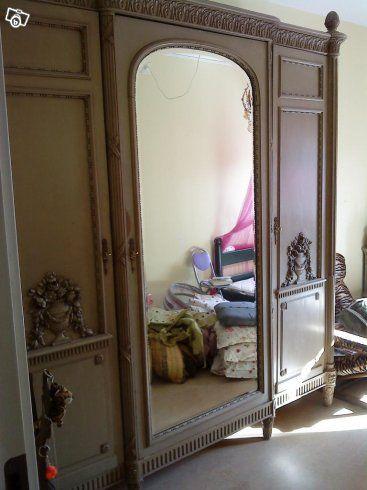 Antikt klädskåp från slutet av 1800-talet början av 1900-talet. Säljes Nedmonterat och kan hämtas slutet av juni.  Storlek: Längd 240 cm, Djup 60 cm, Höjd 2 m Insida trä. Mittendel häng-stång. Hyllor på båda sidor.  18000;-