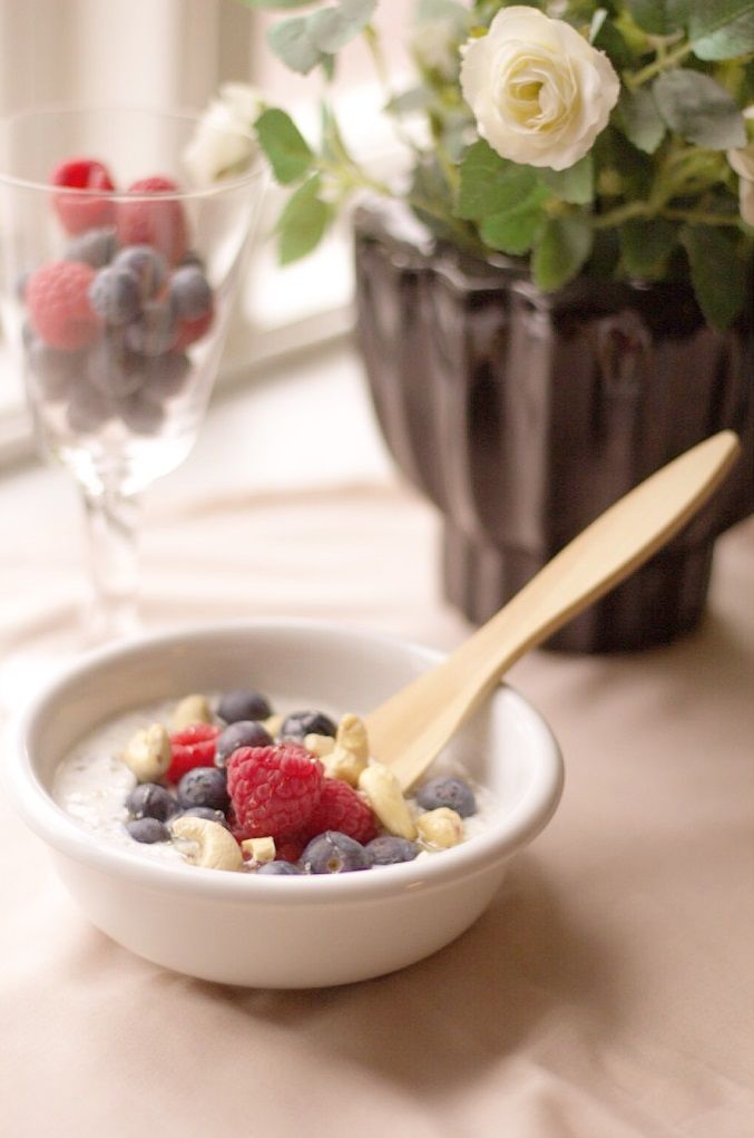 Amazing and easy recipe for breakfast bowl with crunchy nuts, honey, fresh fruit and yoghurt. Glutenfree and fermented - super easy to digest energy boost