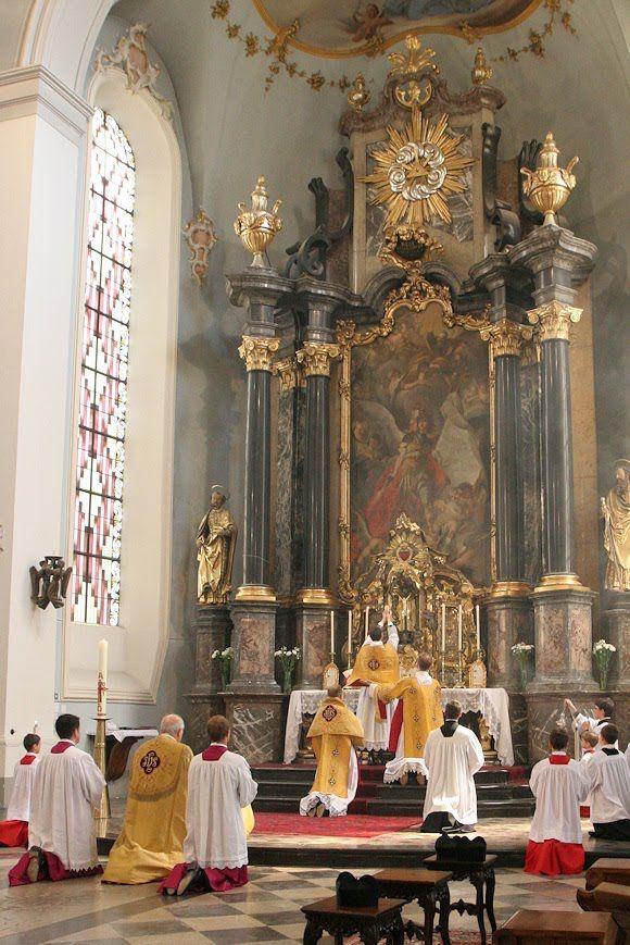 De H.Mis, de priesters stonden met de rug naar de mensen toe.