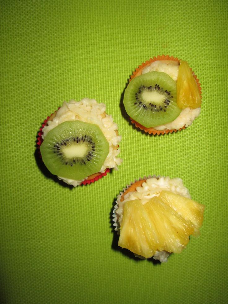 Tropische cupcakes.  Recept staat op mijn blog, http://blogvanbea.wordpress.com/2013/03/09/cupcakes-versieren-en-tropische-cupcakes-maken/