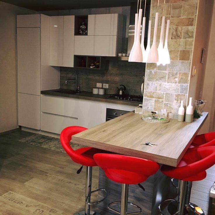 Lavoro sul design moderno e sulla funzionalità: Round/Young di Arredo3 Cucine con anta bianco lucido e bancone in finitura rovere nordico.