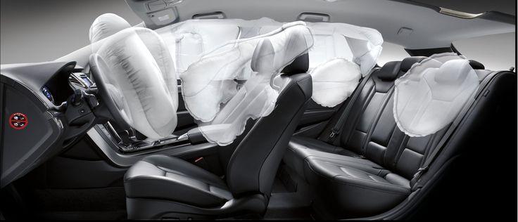 9 poduszek bezpieczeństwa dla ochrony wszystkich pasażerów  Dzięki dziewięciu poduszkom bezpieczeństwa, łącznie z czołowymi poduszkami kierowcy i pasażera, dwiema bocznymi kurtynami bezpieczeństwa, czterema bocznymi poduszkami chroniącymi klatkę piersiową oraz poduszką bezpieczeństwa chroniącą kolana kierowcy, i40 podejmuje wszelkie możliwe działania w celu zminimalizowania ryzyka odniesienia ciężkich obrażeń podczas wypadku.