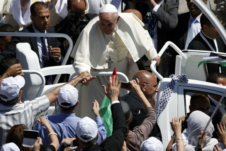 パレスチナ自治区ベツレヘム(Bethlehem)のマンガー広場(Manger Square)に白いオープンカーで到着し、群集に囲まれ笑顔を見せるローマ・カトリック教会のフランシスコ(Francis)法王(2014年5月25日撮影)。(c)AFP/JACK GUEZ ▼25May2014AFP|中東歴訪中のローマ法王、ベツレヘム到着 http://www.afpbb.com/articles/-/3015852 #Bethlehem #Pope_Francis #Papa_Francisco #Papa_Francesco #البابا_فرنسيس