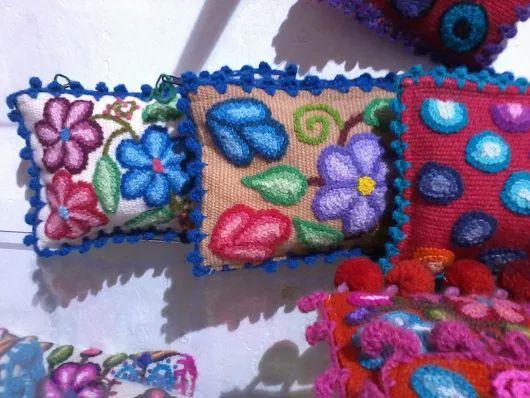 Neceser Ayacuchano, Bordado Peruano.   Ayacucho, región sierra sur del Perú, bordado a mano, tejida en lana de ovino. teñido en su totalidad ecológica.