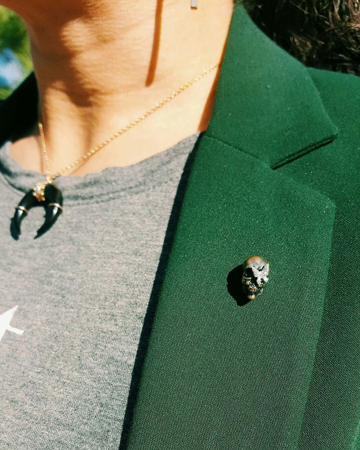 Funny story: I spotted this amazing lapel pin on a blazer that didn't much strike my fancy, decided I couldn't live without the pin, hunted it down on eBay, and by sheer luck acquired it from a seller in France 😂📮 #details #OOTD #OutfitOfTheDay #OutfitPost #LookOfTheDay #LOTD #WhatIWore #WIW #WIWT #CurrentlyWearing #PersonalStyle #Instastyle #Instafashion #Fashiongram #Stylegram #TapForDeets #ootdshare #ootdmagazine #stylinerrday #lookbook #IGdaily #MyShopstyle