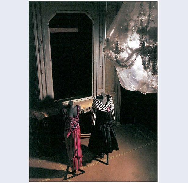 Frank Govers [1932-1997] (ontwerper) Shubiger (ontwerper (stof-)) . Avondensemble, bestaande uit zwart/wit gestreept lijfje en rok van zwarte zijde, geinspireerd op de Franse Revolutie Amsterdam ; Zwitserland 1989 zijde kunststof katoen metaal Gemeentemuseum Den Haag: 0634542