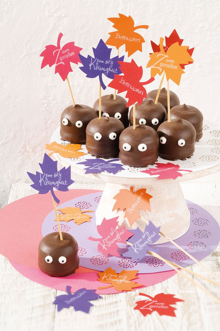"""Laubblätter als Partysticks (Idee mit Anleitung – Klick auf """"Besuchen""""!) - Wer im Herbst feiert, der hat ganz leicht diese hübsche Partydeko selbst gebastelt. Die bunten Herbstblätter werden einfach ausgestanzt."""
