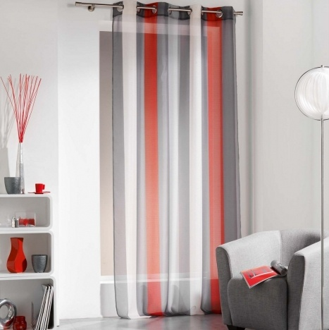 Красно-серо-белые полосатые шторы в гостиной