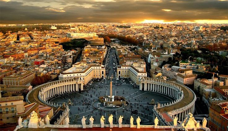 San Pietro, vedere din cupola catre drumul de acces. Piata eliptica inconjurata de coloane este creatia lui Bernini. Foto: http://paulvonplace.files.wordpress.com/2012/04/piazza-san-pietro-wallpaper.jpg