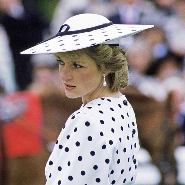 Las piezas de lunares, la blusa de flores... El día en que se cumplen dos décadas del fallecimiento de Diana de Gales, rendimos homenaje a su todopoderoso estilo con algunos de sus looks más icónicos. Puedes ver más fotos en nuestra web (Link en bio).#dianadegales #ladydi #princesadiana #estilo #looks #diana