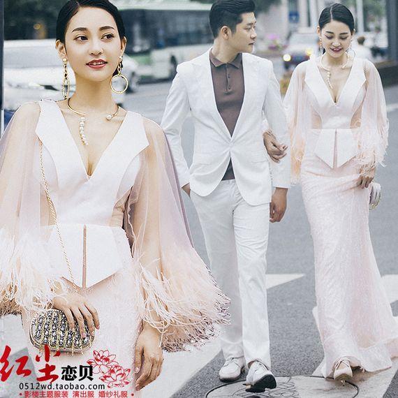 새로운 스튜디오 테마 핑크 깃털 긴 소매 드레스 커플 사진 사진술 깊은 V 넥 레이스 웨딩 드레스