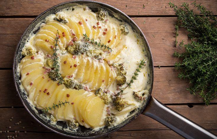 Πατάτες φούρνου με μπρόκολο και καπνιστό λουκάνικο