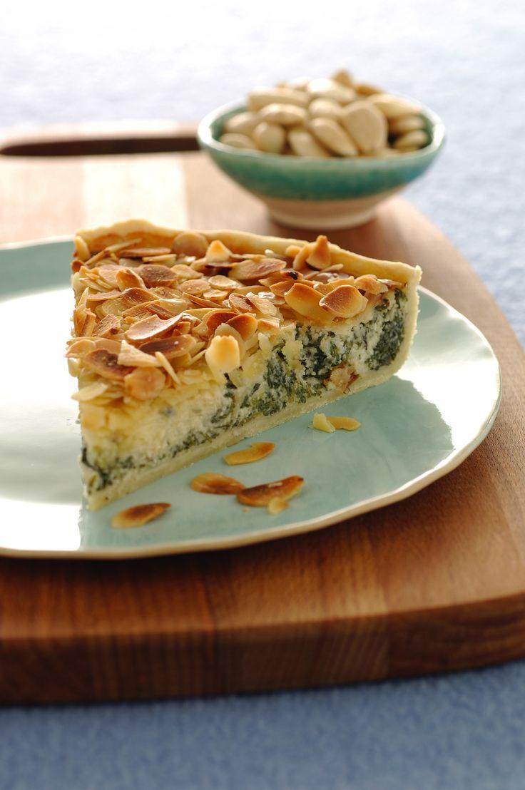 Segui la ricetta di Sale&Pepe per preparare la torta salata con le barbe di frate. Una verdura insolita unita al gusto del gorgonzola e delle mandorle.