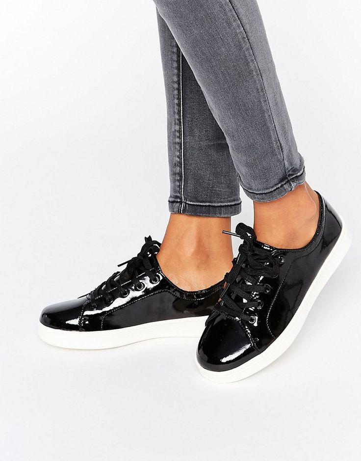 ¡Cómpralo ya!. Zapatillas de deporte de charol de New Look. Zapatillas de deporte de New Look, Exterior de cuero sintético muy brillante, Cierre de cordones, Suela gruesa, Dibujo moldeado, Limpiar con un paño húmedo, Exterior: 100% textil. ACERCA DE NEW LOOK Con una propuesta de moda irresistible y estilos acabados de salir de las pasarelas, New Look se une a las geniales marcas urbanas británicas de ASOS con una colección atractiva de calzado. Presenta su galardonada colección de rop...