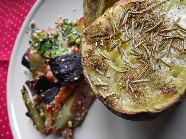 ziemniaki pieczone z rozmarynem salata rzymska