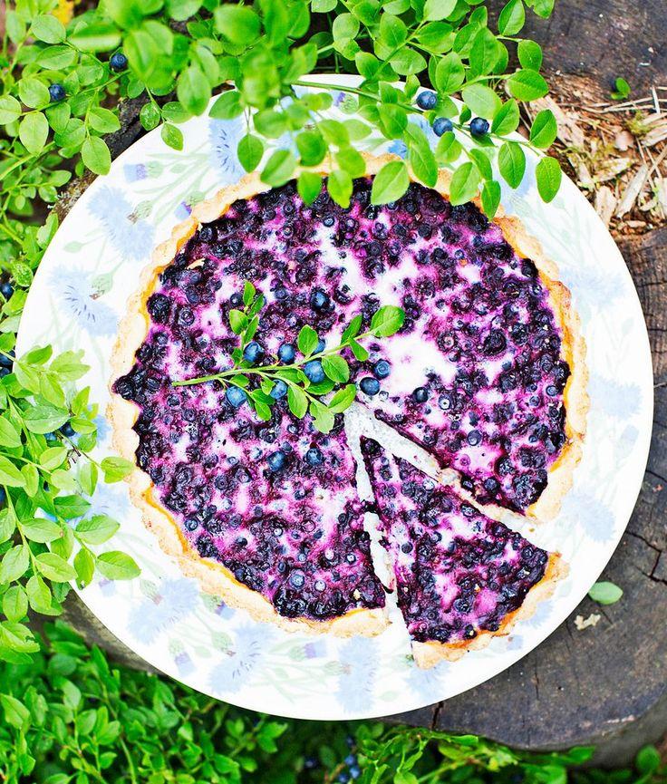 Kermaviilitäytteelläpehmennetty perinteinen mustikkapiirakka maistuu parhaaltajääkaappikylmänä.