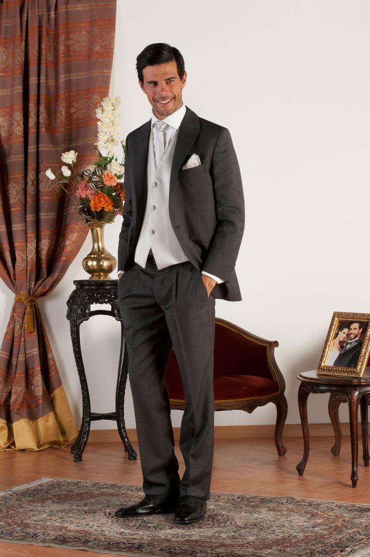 MIKE Abito sartoriale completo con giacca mezzo tight realizzata in fresco di lana grigio con revers a lancia, pantalone in fresco di lana grigio, gilet in jacquard di seta grigio perla, bottoni in madreperla naturale.