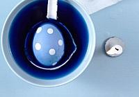 Bevor Sie die Eier in Farbe tauchen, malen Sie mit Zitronensaft Ornamente, Punkte oder Streifen auf die Ostereier in spe. Das funktioniert am besten, wenn Sie ein Wattestäbchen in Zitronensaft tauchen und damit das Ei bemalen. Dann den Zitronensaft auf der Eierschale trocknen lassen und die Ostereier danach einfärben. Dort, wo der Zitronensaft haftet, hält die Farbe nicht.