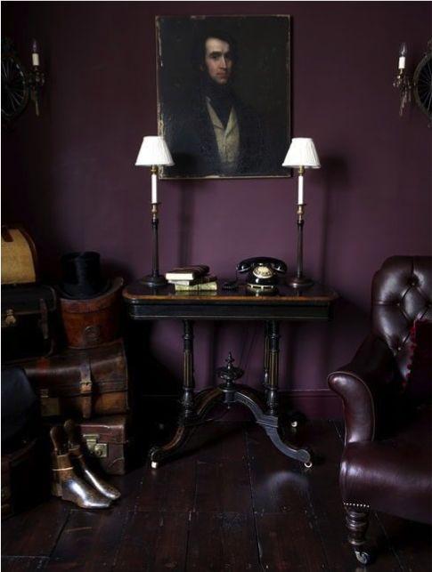 Paarse wand met leren paarse stoel