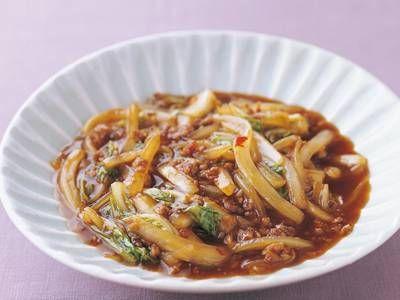 高城 順子さんの豚ひき肉を使った「マーボー白菜」のレシピページです。肉厚で甘みののった白菜をピリ辛味で仕上げて、おいしさランクアップ。 材料: 豚ひき肉、白菜、ねぎ、かたくり粉、サラダ油、豆板醤(トーバンジャン)、甜麺醤(ティエンメンジャン)、顆粒チキンスープの素、調味料