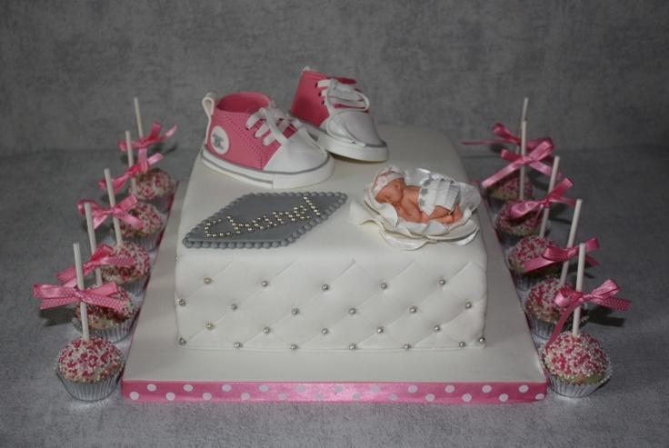 Chanel geboorte-taart met Converse en cakepops